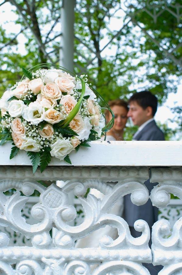 Hochzeitsblumenstrauß Auf Weißem Zaun Stockbild