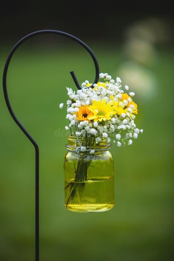 Hochzeitsblumenstrauß blüht die gelben und weißen Gänseblümchen stockfotografie