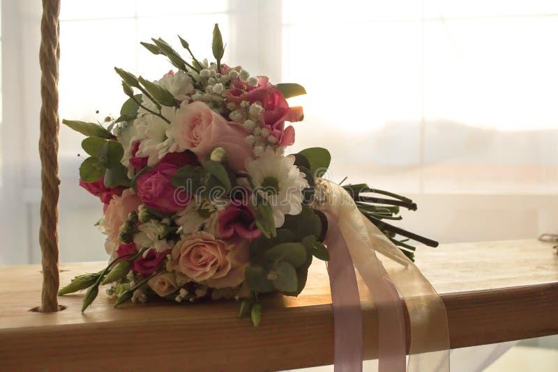 Hochzeitsblumenstrauß blüht Nahaufnahme auf Innenschwingen auf romantischem Fensterhochzeitshintergrund stockbild