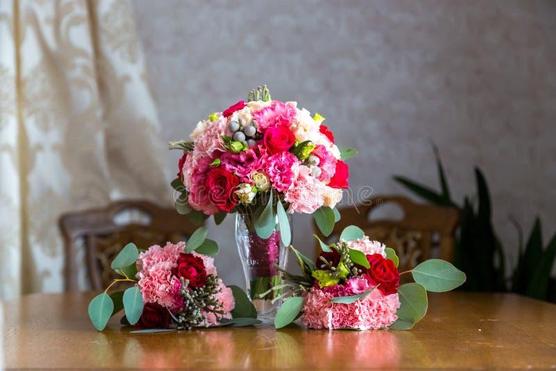 Hochzeitsblumenstrauß der Braut und der Brautjungfern Drei Heiratsblumensträuße lizenzfreie stockbilder