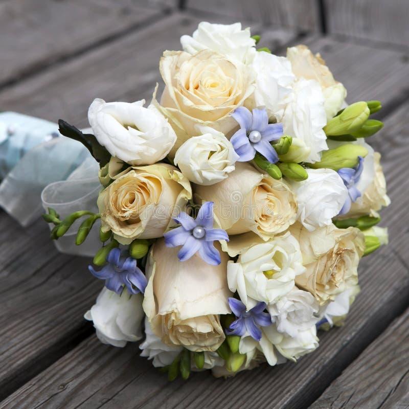 Hochzeitsblumenstrauß Der Gelben Und Weißen Rosen Lizenzfreie Stockfotos