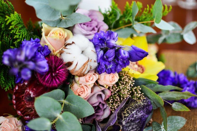Hochzeitsblumenstrauß-Eukalyptusbaumwolle und violette rosa Blumen lizenzfreies stockbild