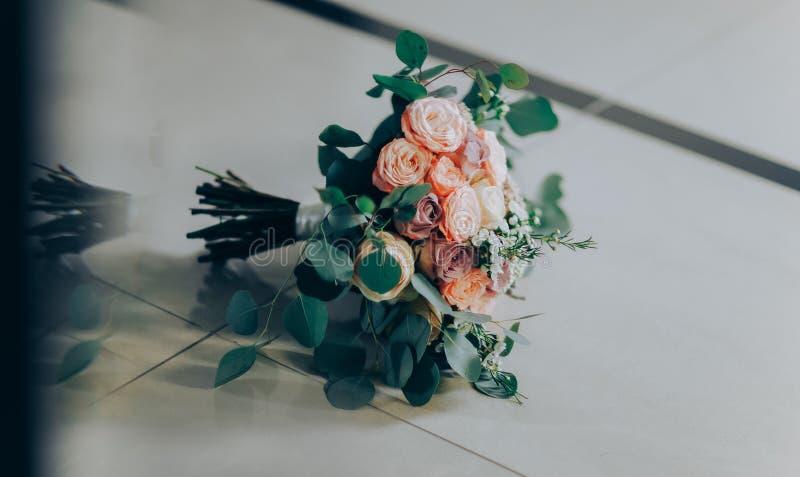 Hochzeitsblumenstrauß gemacht von den Rosa- und weißenrosen lizenzfreies stockbild