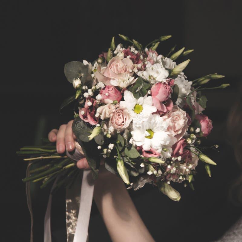Hochzeitsblumenstrauß im bride& x27; s übergibt quadratisches Längenverhältnis lizenzfreies stockbild