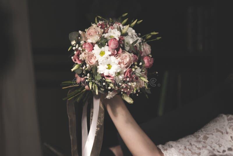 Hochzeitsblumenstrauß im bride& x27; s-Hände stockfotos