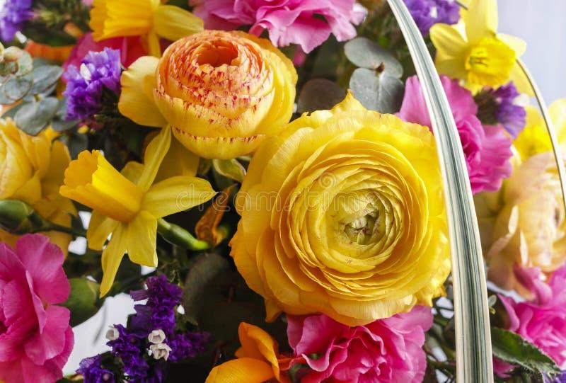 Hochzeitsblumenstrauß mit Ranunculus, Narzisse und Gartennelke lizenzfreie stockfotografie