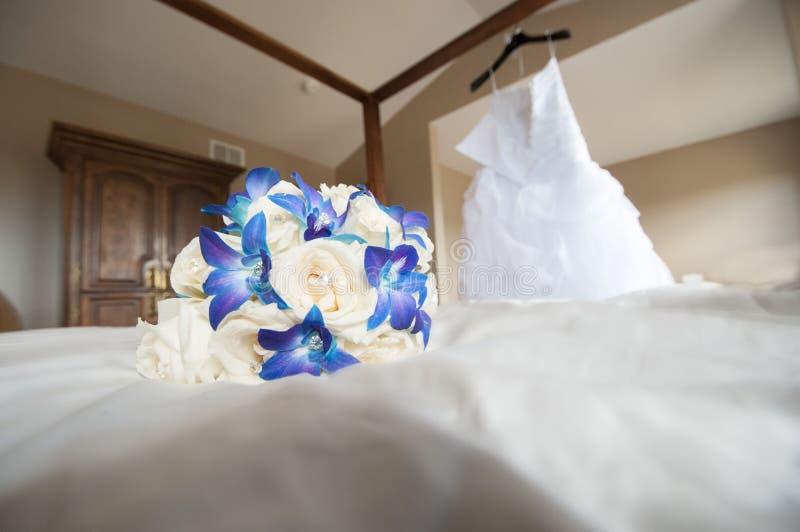 Hochzeitsblumenstrauß mit Ringen stockbilder