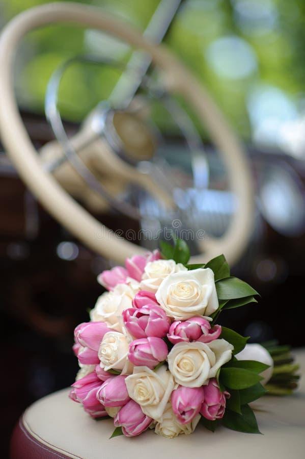 Hochzeitsblumenstrauß mit rosafarbener Tulpe stockfoto