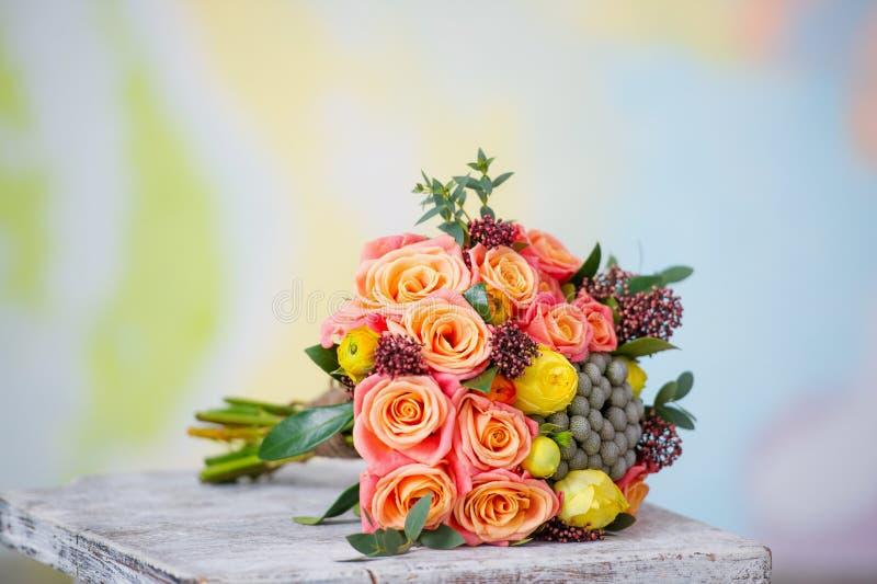 Hochzeitsblumenstrauß mit schönen orange Rosen und YE stockfotos