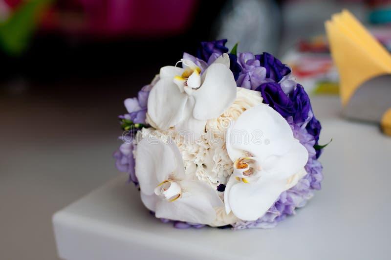 Hochzeitsblumenstrauß mit Weiß, das ein Veilchen blüht stockfotos