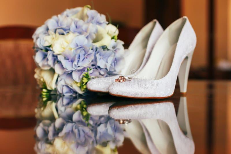 Hochzeitsblumenstrauß, -ringe und -schuhe lizenzfreie stockfotos