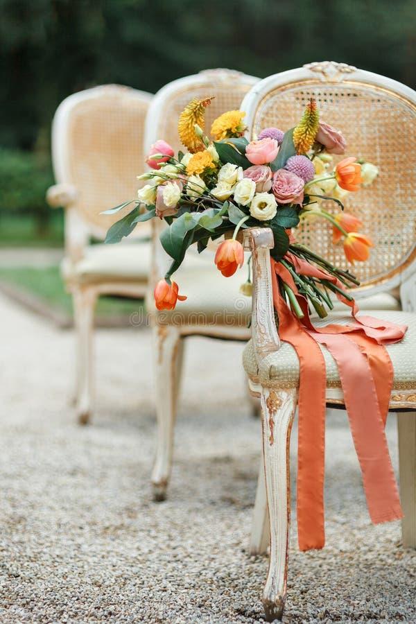 Hochzeitsblumenstrauß am Stuhl lizenzfreies stockbild
