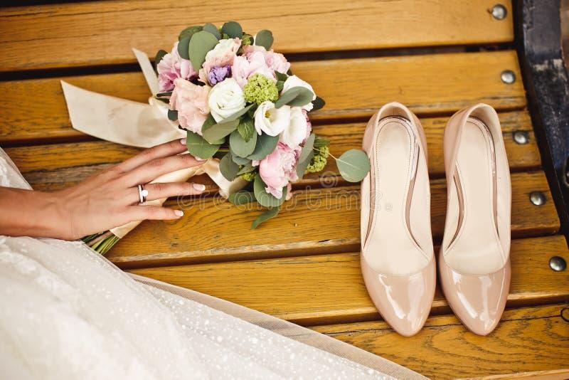 Hochzeitsblumenstrauß- und -brautschuhe lizenzfreie stockbilder