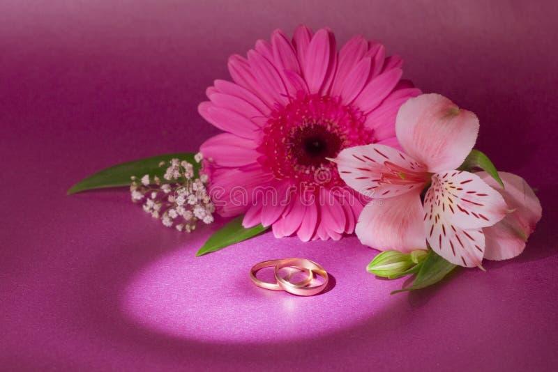 Hochzeitsblumenstrauß und -ring stockbilder