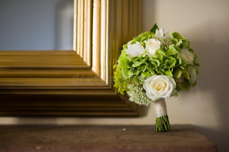 Hochzeitsblumenstrauß und -spiegel lizenzfreie stockbilder