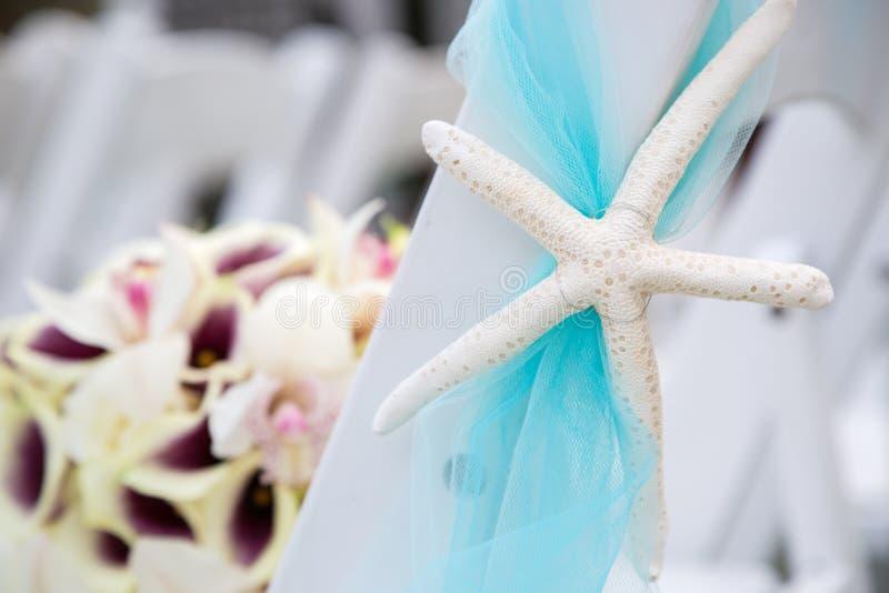 Hochzeitsblumenstrauß und -stühle lizenzfreie stockfotografie