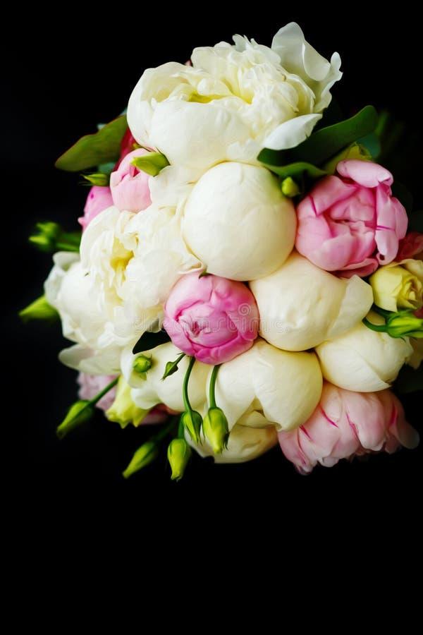 Hochzeitsblumenstrauß von Ranunculus und von Pfingstrose stockfoto