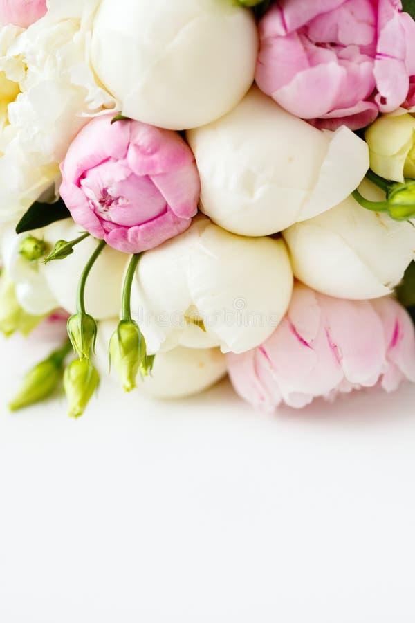 Hochzeitsblumenstrauß von Ranunculus und von Pfingstrose stockbild