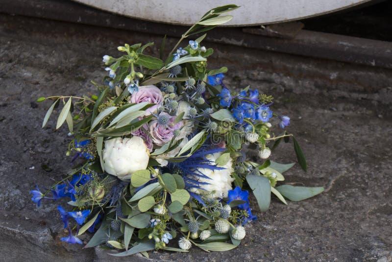 Hochzeitsblumenstrauß von Trockenblumen, von Eukalyptus, von Pfingstrose, von Dahlien und von dolphinium stockbilder