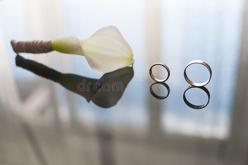 Hochzeitsblumenstrauß, weiße Calla-Sumpf palustris, Sumpf-Aronstab, Wasser-AR stockbild