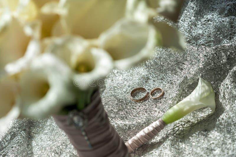 Hochzeitsblumenstrauß, weiße Calla-Sumpf palustris, Sumpf-Aronstab, Wasser-AR stockbilder