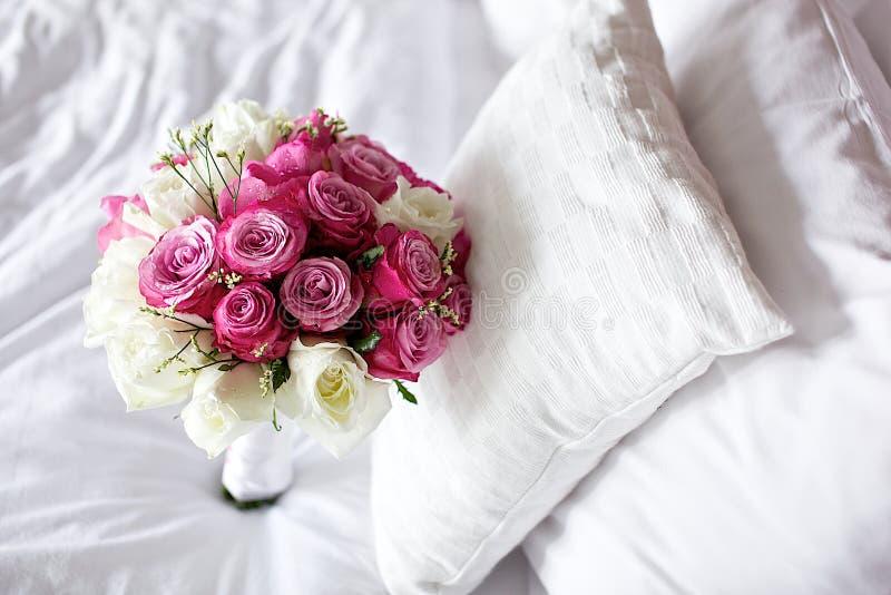 Hochzeitsblumenstraußblume auf Bett lizenzfreies stockbild