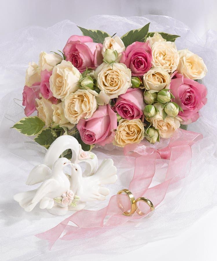 Hochzeitsblumenstrau? der Rosen K?ssen von Tauben lizenzfreies stockfoto