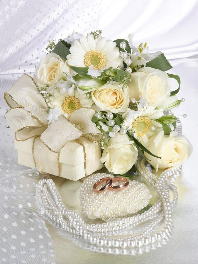 Hochzeitsblumenstrau? mit Rosen Ringe, Halskette, Herz lizenzfreies stockbild