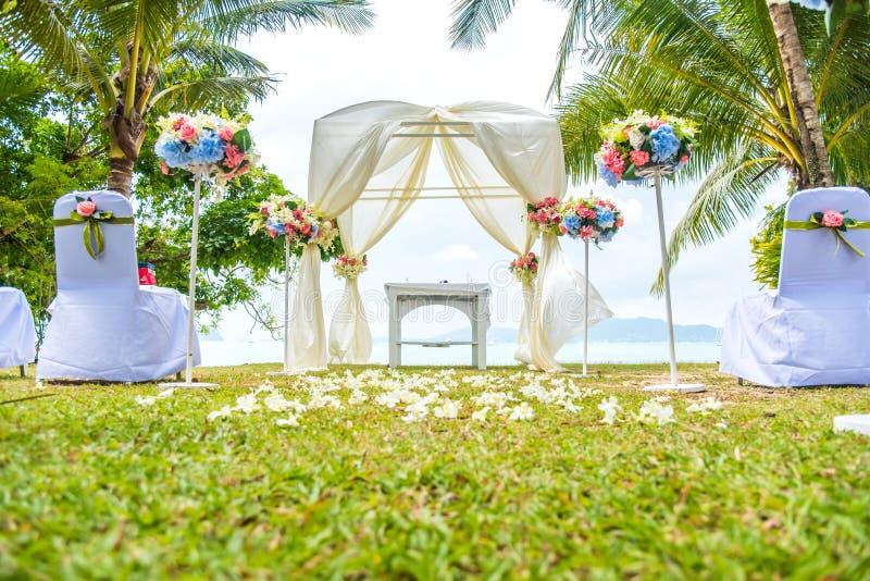 Hochzeitsbogen auf dem Rasen nahe dem Strand lizenzfreies stockbild