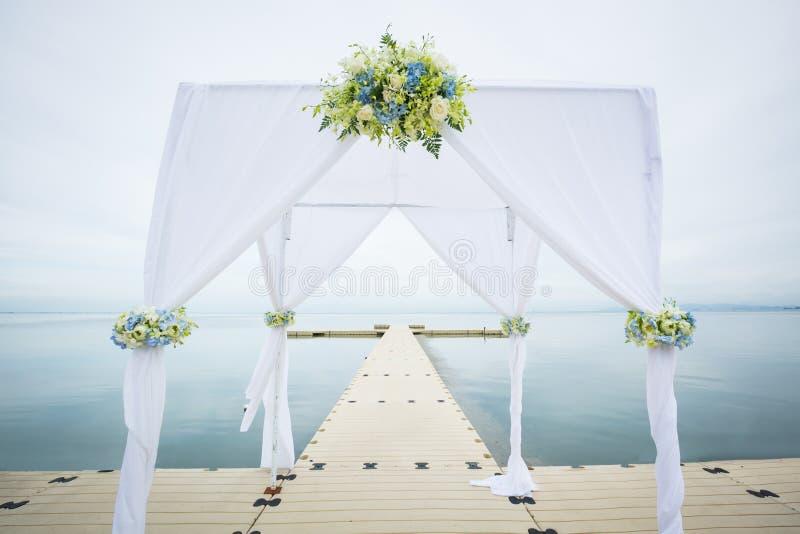 Hochzeitsbogen auf dem Strand lizenzfreie stockfotos