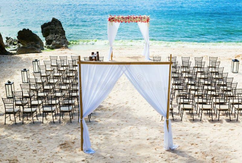 Hochzeitsbogen auf dem Strand stockbilder