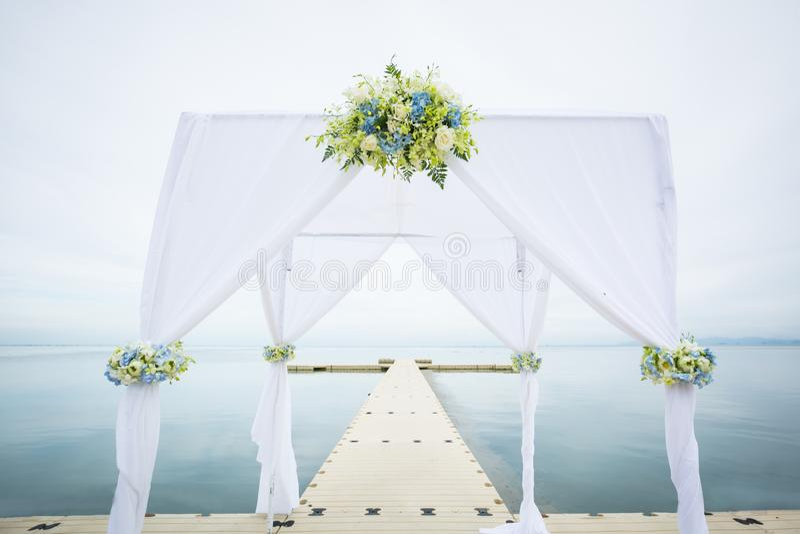 Hochzeitsbogen auf dem Strand lizenzfreies stockfoto