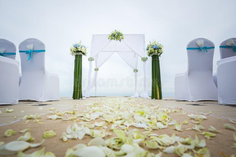 Hochzeitsbogen auf dem Strand stockfotos