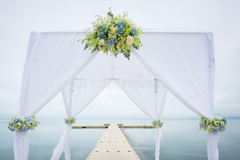 Hochzeitsbogen auf dem Strand lizenzfreies stockbild