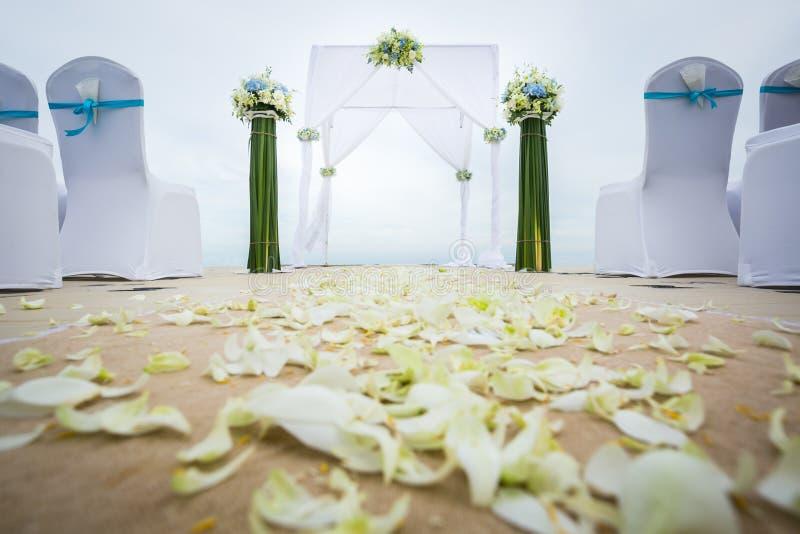 Hochzeitsbogen auf dem Strand stockfotografie
