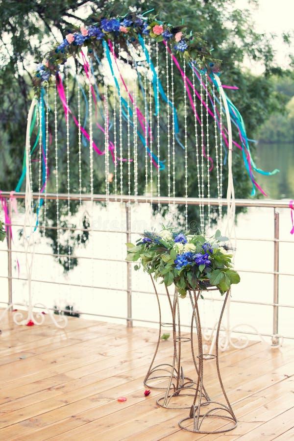 Hochzeitsbogen auf der Flussbank stockfoto