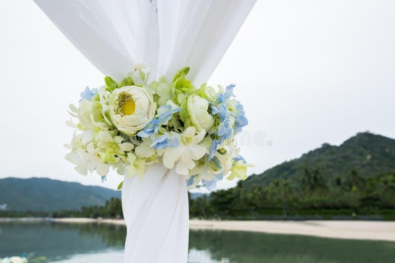 Hochzeitsbogen auf der Strandhochzeit stockfotos