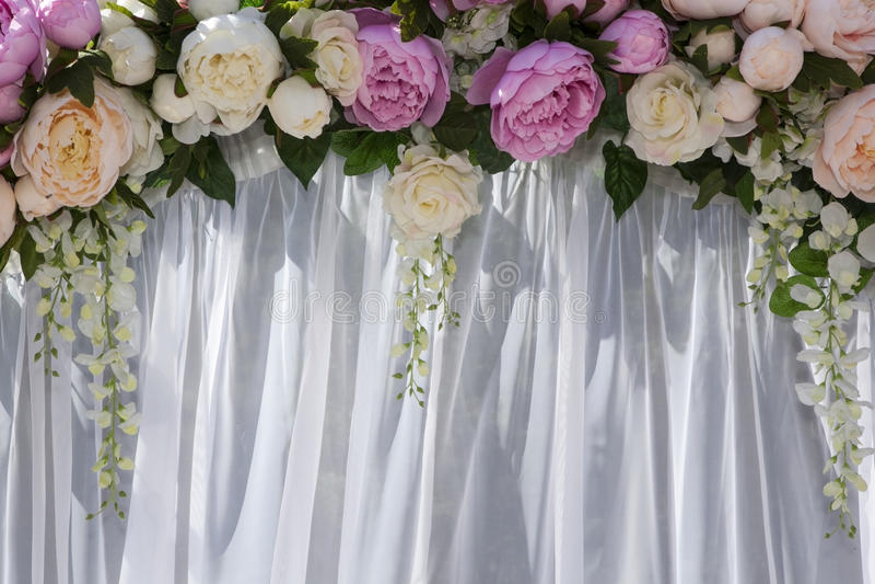 Hochzeitsbogen mit Blumen von Pfingstrosen stockfotografie