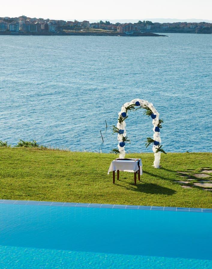 Hochzeitsbogen, -pool und -meer lizenzfreies stockbild
