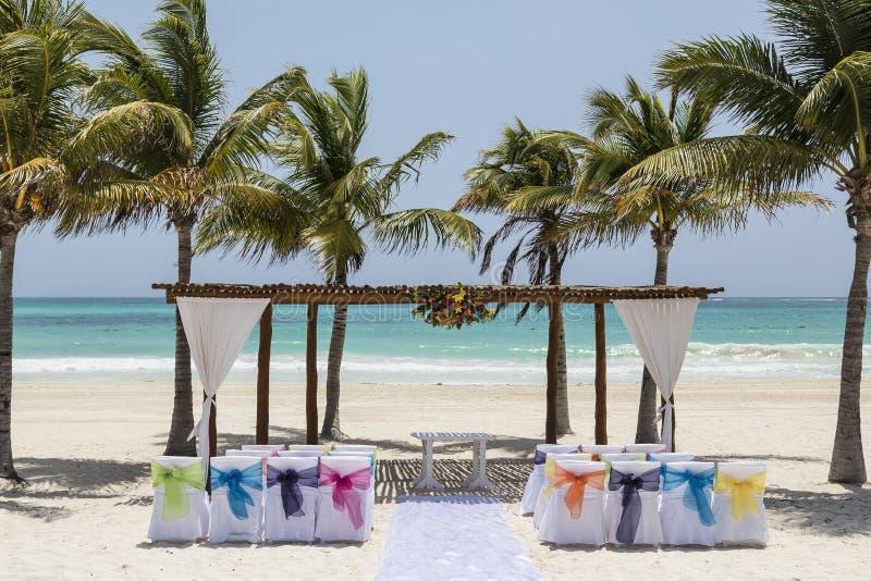 Hochzeitsbogen und -einrichtung auf tropischem Strandparadies - Hochzeits- und Flitterwochenkonzept lizenzfreie stockfotografie