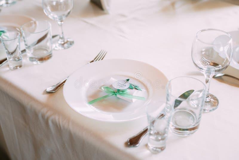 Hochzeitsc$süßigkeit-kasten liegt auf einer Platte Bomboniere ist ein Teil von Decorat stockbild