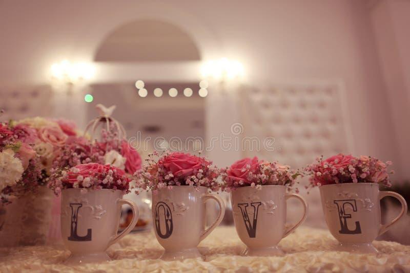 Hochzeitsdekor auf dem Tisch stockfoto