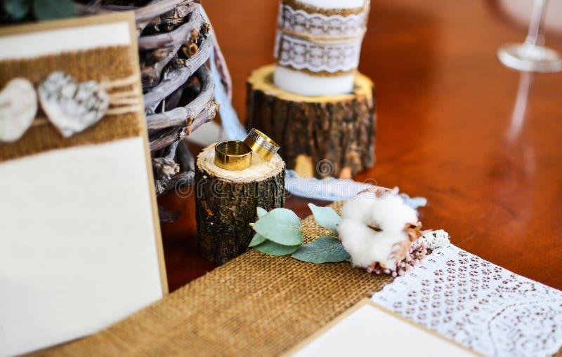 Hochzeitsdekor-Fotoalbum mit Ringen und Zweigbaumwolle stockbilder