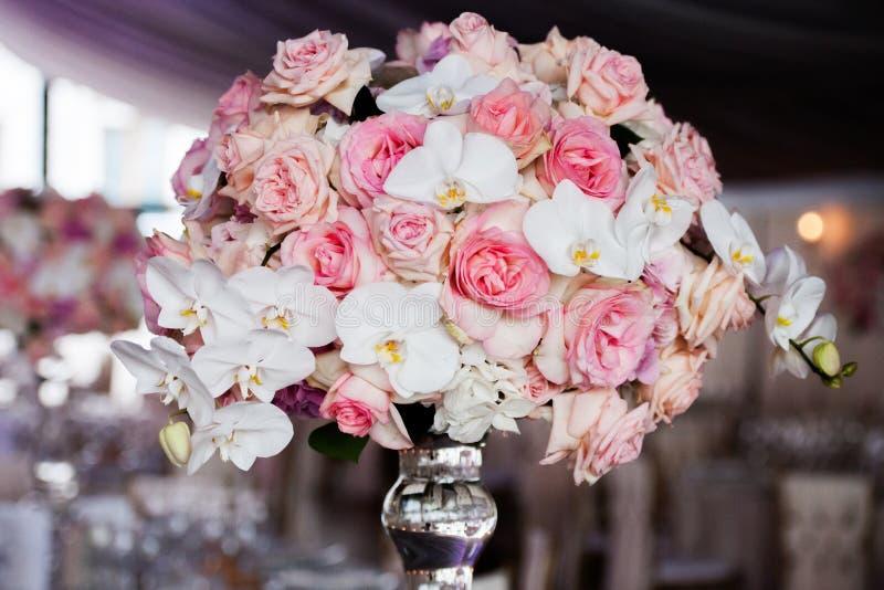 Hochzeitsdekor im Restaurant stockfotos