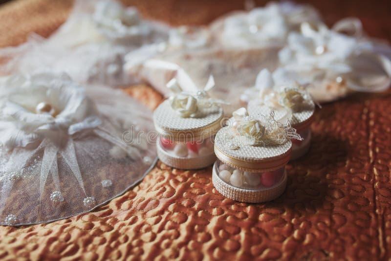 Hochzeitsdekor im Restaurant, bonbonnieres, Süßigkeitskästen lizenzfreie stockfotografie