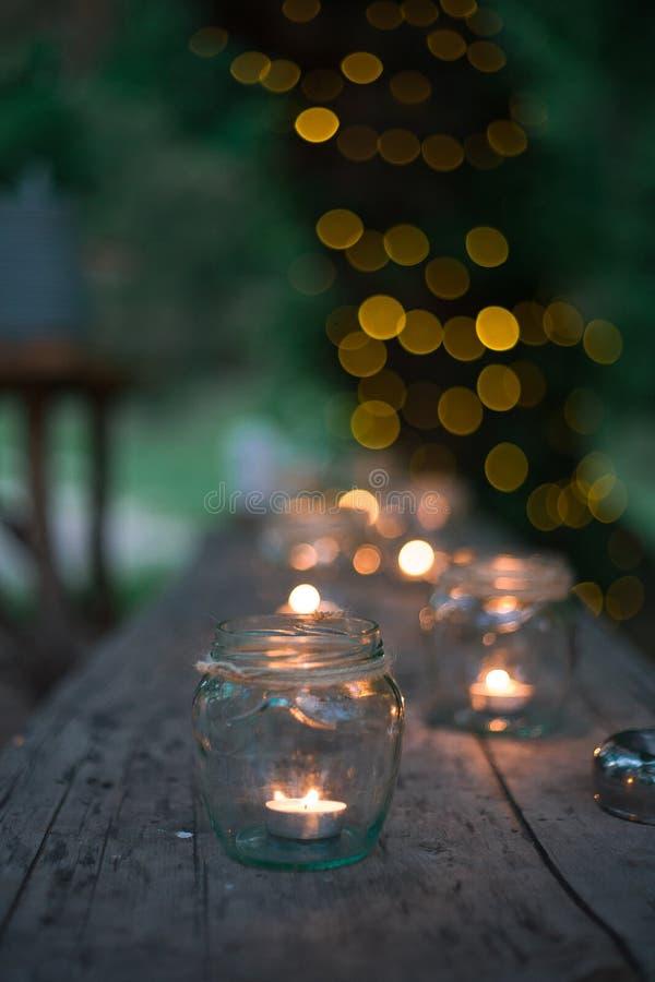 Hochzeitsdekor, Kerzen in den Glasflaschen stockfotografie