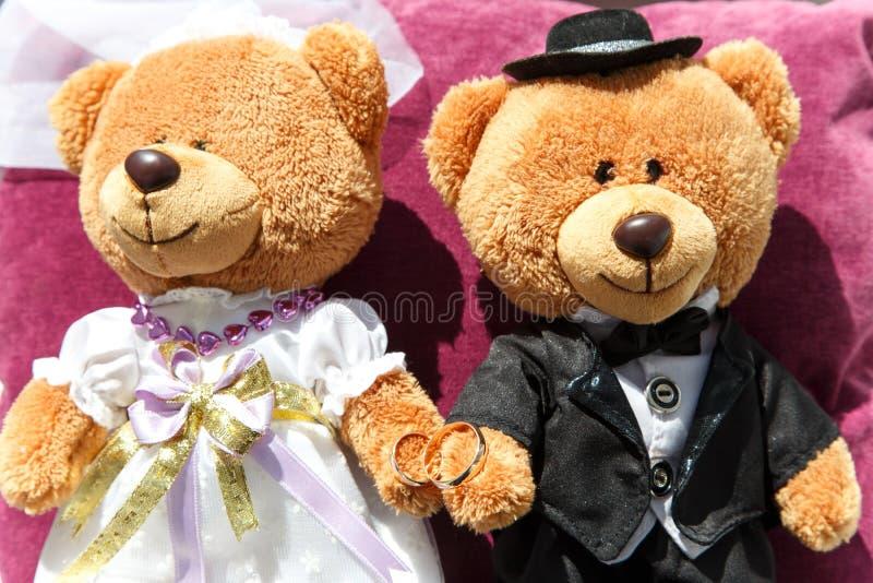 Hochzeitsdekor mit zwei Teddybären: Bräutigam und Frau lizenzfreies stockfoto