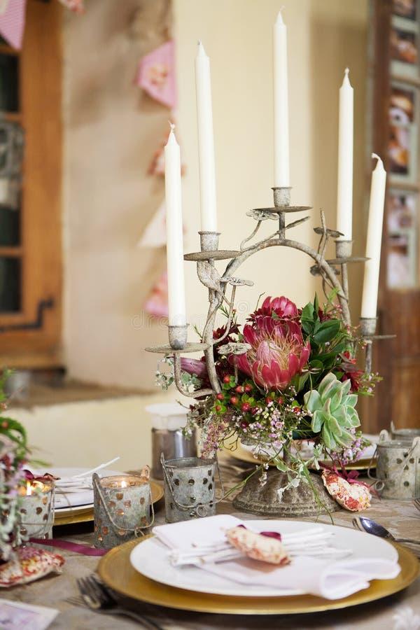 Hochzeitsdekoration, Blumen und Tabellenmittelstück lizenzfreie stockfotografie