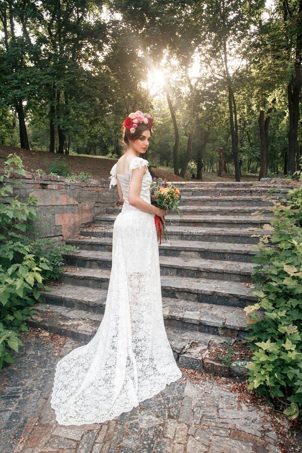 Download Hochzeitsdekoration Im Stil Des Boho, Blumengesteck, Verzierte Tabelle Im Garten Stockbild - Bild von hände, blumen: 96929561