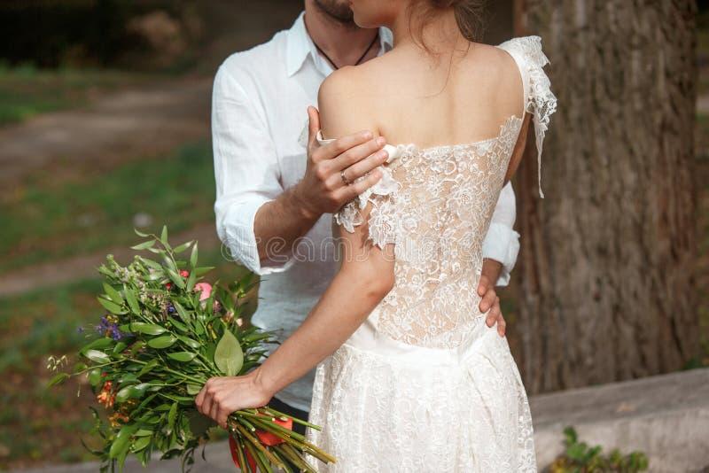 Download Hochzeitsdekoration Im Stil Des Boho, Blumengesteck, Verzierte Tabelle Im Garten Stockfoto - Bild von blumen, männer: 96929778